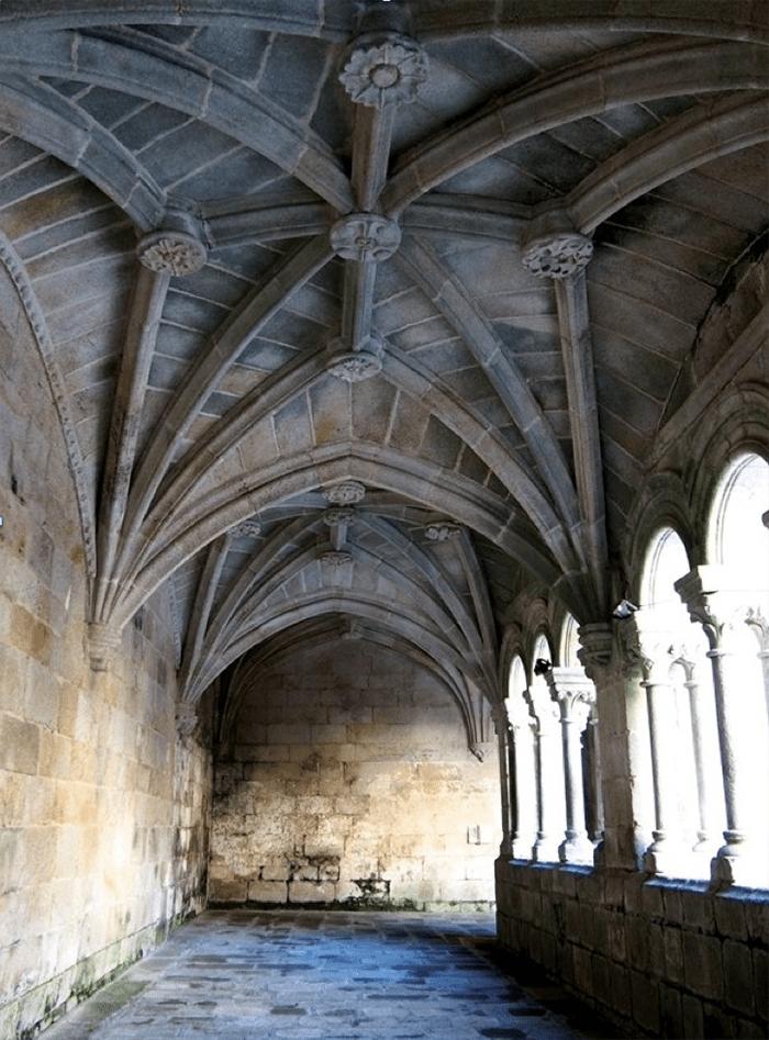 Galeria de piedra del Claustro de los Obispos de Santo Estevo de Ribas de Sil - Ribeira Sacra