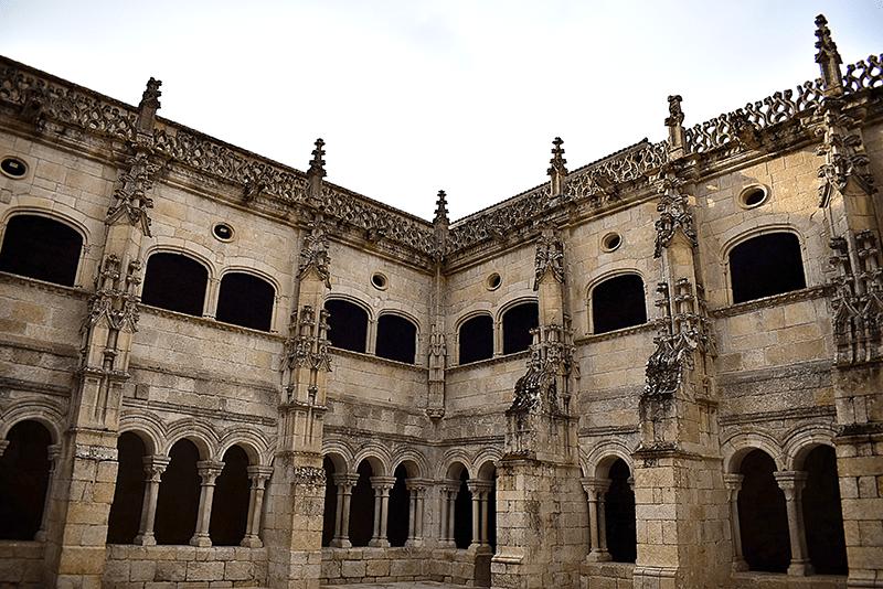 Claustro de los Obispos en Santo Estevo de Ribas de Sil - Ribeira Sacra